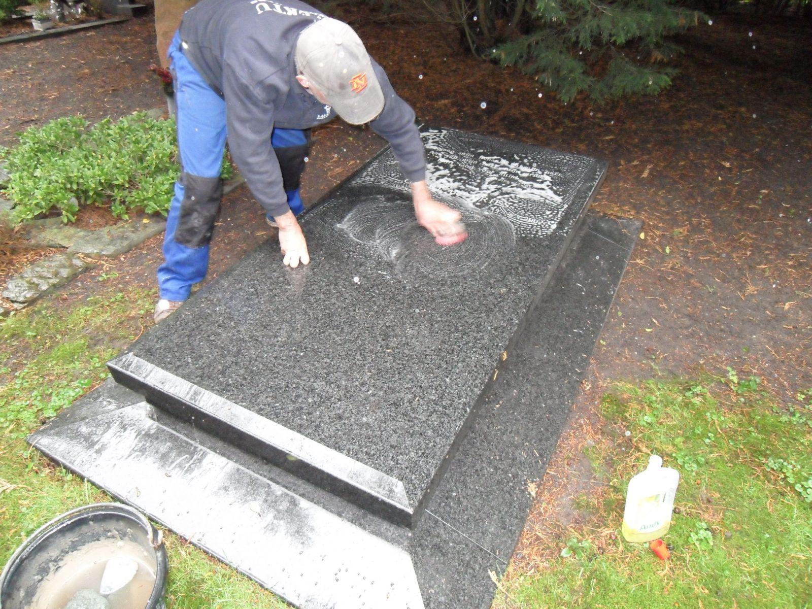 Grafsteen schoonmaken